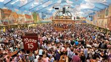 Oktoberfestbesucher feiern am 22.09.2012 beim 179. Münchner Oktoberfest auf der Theresienwiese in München (Bayern) im Hacker-Festzelt. Die Wiesn gilt als das größte Volksfest der Welt und findet in diesem Jahr vom 22.09. bis 07.10.2012 statt. Foto: Frank Leonhardt/dpa +++(c) dpa - Bildfunk+++