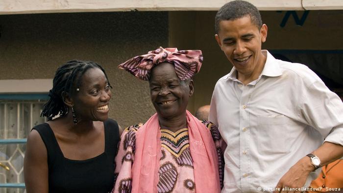 Obama visita a su abuela y hermana en Kogelo, Kenia.