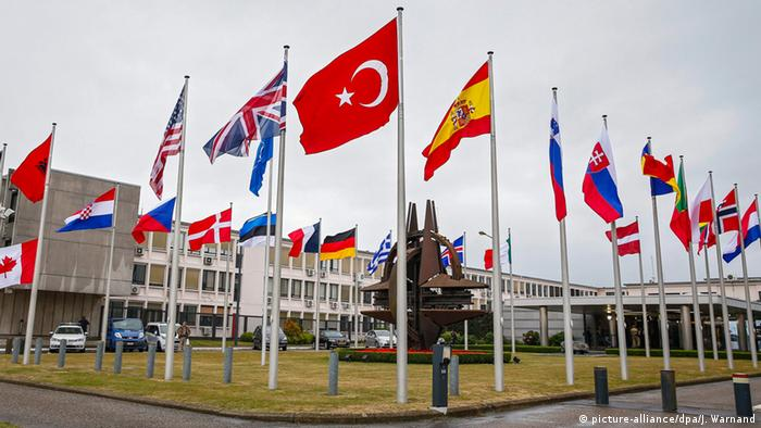 Флаг Турции перед штаб-квартирой НАТО в Брюсселе