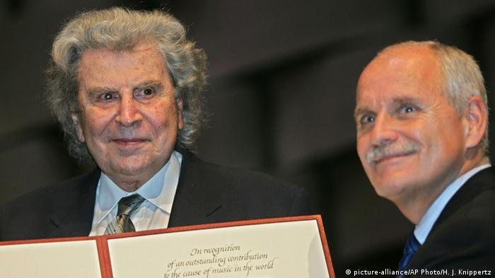 Mikis Theodorakis gets the UNESCO Art and Music Prize from the Mayor of Aachen, Jürgen Linden