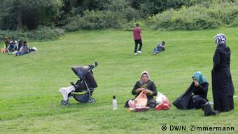People picnic in Görlitzer Park