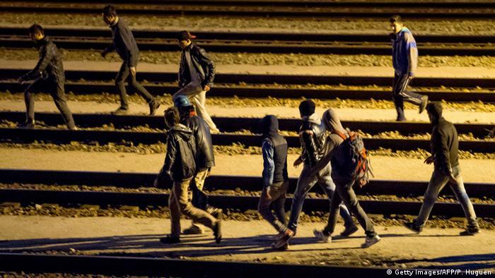 Inmigrantes buscan cruzar a pie el túnel submarino del Canal de la Mancha.
