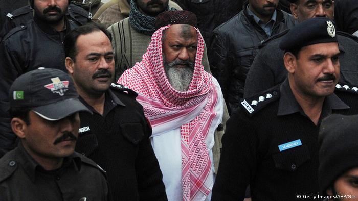 Pakistani police escorting the head of banned Lashkar-e-Jhangvi (LeJ) Malik Ishaq as he arrives at the high court in Lahore (Photo: STR/AFP/Getty Images)