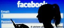 Symbolbild Facebook Klarnamenpflicht Pseudonyme Anonymität (picture-alliance/dpa/F. Gabbert)