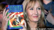 J.K. Rowling mit Harry Potter Buch