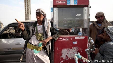 Jemen Konflikt Kämpfer an einer Tankstelle in Sanaa