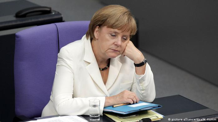 Berlin Bundestag Müde Bundeskanzlerin Angela Merkel (picture-alliance/dpa/W. Kumm)