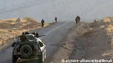 ARCHIV - ILLUSTRATION - Türkische Soldaten patrouillieren am 18.10.2007 auf einer Landstraße in der Provinz Sirnak. Kurdische Rebellen haben im türkischen Grenzgebiet zum Irak mindestens 24 türkische Soldaten und Polizisten getötet. dpa (zu dpa 0308 vom 19.10.2011) +++(c) dpa - Bildfunk+++
