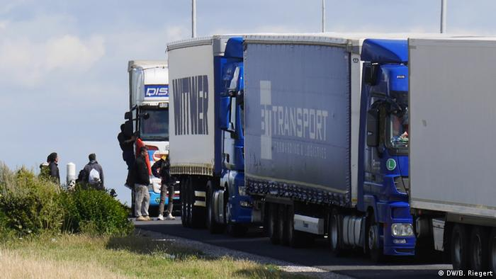 Flüchtlinge versuchen in Calais Lastwagen zu besteigen