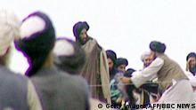 Bildunterschrift:KANDAHAR, AFGHANISTAN: TV grabs taken secretly by BBC Newsnight shows Taliban's one-eyed spiritual leader Mullah Mohammed Omar (C) during a rally of his troops in Kandahar before their victorious assault on Kabul in 1996. AFP PHOTO MANDATORY CREDIT BBC NEWS/NEWSNIGHT (Photo credit should read AFP/Getty Images)