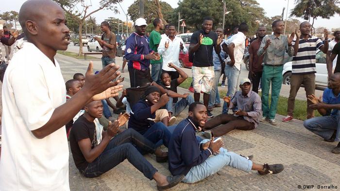 Angola Aktivisten in Largo da Independência in Luanda (DW/P. Borralho)