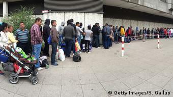 Очередь беженцев перед центральным пунктом приема документов в Берлине