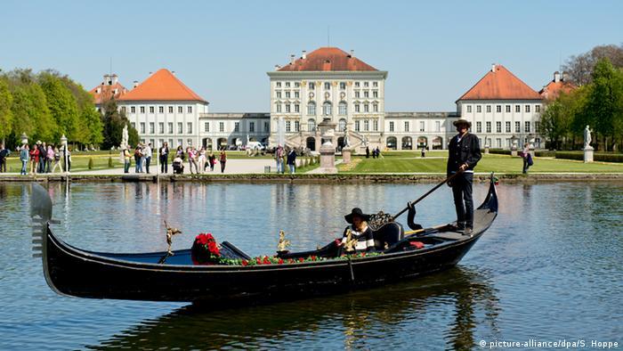 Schloss Nymphenburg vom Wasser aus fotografiert,
