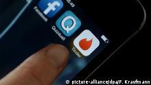 SPERRFRIST 30. JANUAR 2015 um 18.00 UHR - ARCHIV - ILLUSTRATION - Auf einem Smartphone ist am 18.02.2014 in Stuttgart (Baden-Württemberg) das Logo der App Tinder zu sehen. Foto: Franziska Kraufmann/dpa (zu dpa Flirt-App Tinder hat Millionen Nutzer in Deutschland vom 30.01.2015) +++(c) dpa - Bildfunk+++
