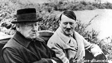 Reichskanzler Adolf Hitler (r) und Reichspräsident Paul von Hindenburg (l) in einer Kutsche in Neudeck (Ostpreußen) 1933/34. Mit dem Tod Hindenburgs am 2. August 1934 in Neudeck erlosch das Amt des Reichspräsidenten und verschmolz mit dem des Reichskanzlers.