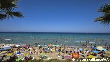 Türkei Strand mit Badegästen in Aydin