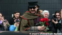 epa03659376 Russian singer and producer, Philipp Kirkorov (C) arrives in St. Petersburg, Russia, 12 April 2013. Kirkorov is expected to give two concerts at Oktyabrsky concert hall in St. Petersburgon on 12 and 13 April 2013. EPA/ANATOLY MALTSEV +++(c) dpa - Bildfunk+++