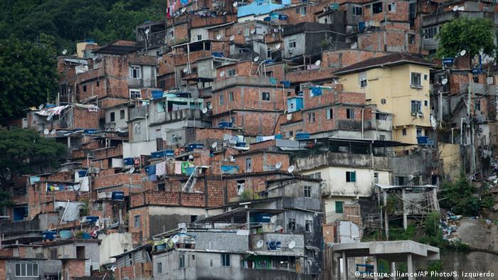 A slum Rocinha in Rio de Janeiro,a copyright: picture-alliance/AP Photo/S. Izquierdo