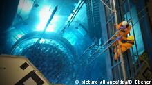 Arbeiter im AKW Grafenrheinfeld (Unterfranken) setzen am Donnerstag (10.06.2010) während der jährlichen Revision Messsonden in den Reaktordruckbehälter, in dem die Brennelemente bereits eingesetzt wurden. Seit dem 06. März ist das Kernkraftwerk Grafenrheinfeld für die jährliche Anlagenrevision vom Netz getrennt. Während der Revision werden 36 Brennelemente durch neue ersetzt. Neben routinemäßigen und vom TÜV Süddeutschland überwachten Prüfungen und Revisionsarbeiten wird die komplette Turbinenleittechnick getauscht, sowie die Reaktorleittechnik auf digitale Leittechnik umgebaut. Die etwa 80 Millionen Euro teure Revision ist voraussichtlch Ende Juni abgeschlossen. Foto: David Ebener dpa/lby