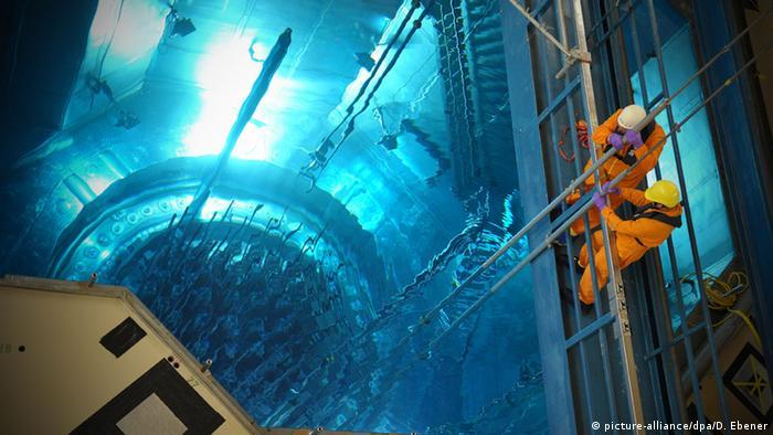 AKW Grafenrheinfeld, Arbeiter Strahlung Radioaktiv Symbolbild (picture-alliance/dpa/D. Ebener)