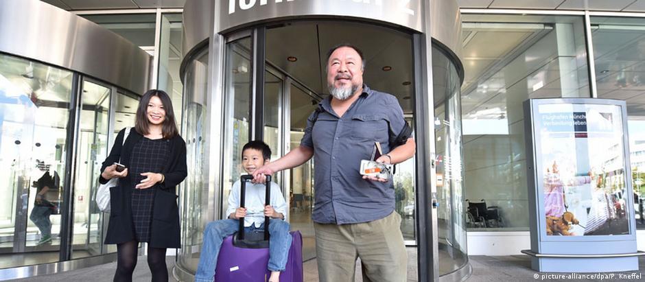 Artista e ativista chinês Ai Weiwei é recebido por esposa e filho no aeroporto de Munique