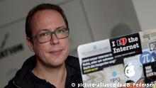 ARCHIV - Markus Beckedahl, Gründer des Blogs Netzpolitik.org, sitzt am 10.10.2014 in seinem Büro in Berlin. Foto: Britta Pedersen/dpa (zu dpa Generalbundesanwalt ermittelt gegen Netzpolitik-Journalisten vom 30.07.2015) +++(c) dpa - Bildfunk+++