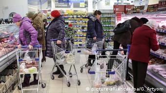 Покупатели в супермаркете в России