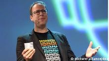 Der netzpolitische Aktivist Markus Beckedahl spricht am 05.05.2015 bei der Internetkonferenz Re:publica in Berlin bei der Eröffnung. Die Media Convention läuft vom 05.05.2015 bis 07.05.2015 unter dem Motto finding europe. Foto: Britta Pedersen/dpa +++(c) dpa - Bildfunk+++