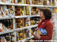 Жінка в продуктовому магазині в Росії