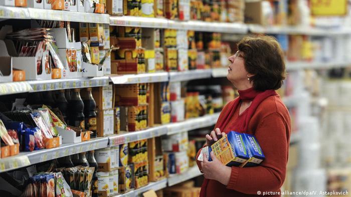 Женщина в продуктовом магазине в России