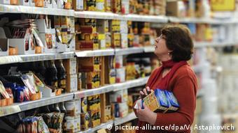 Женщина выбирает продукты в супермаркете