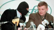 ARCHIV - A file photograph showing Russian Federal Security Service (FSB) colonel Alexander Litvinenko (R) and a colleague wearing a mask, to protect his identity (L), speaking to each other during their press conference at the 'Interfax' news agency on Tuesday, 17 November 1998. Photo: EPA/SERGEI KAPTILKIN (zu dpa Fall Litwinenko neu aufgerollt - Wird der Mord jetzt aufgeklärt? vom 31.07.2015) +++(c) dpa - Bildfunk+++