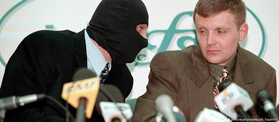 Alexander Litvinenko (dir.), em foto data de 1998, quando ainda trabalhava para o serviço secreto russo