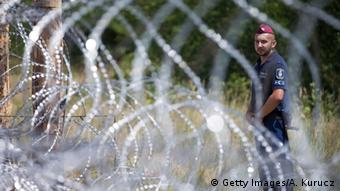 Ungarn errichtet Zaun an der Grenze zu Serbien