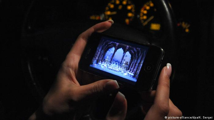 Live Streaming auf Smartphone (Symbolbild) (picture-alliance/dpa/K. Sergei)
