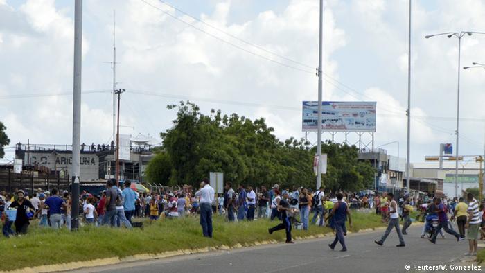 Escenas de uno de los saqueos a un supermercado en San Félix, estado de Bolívar.