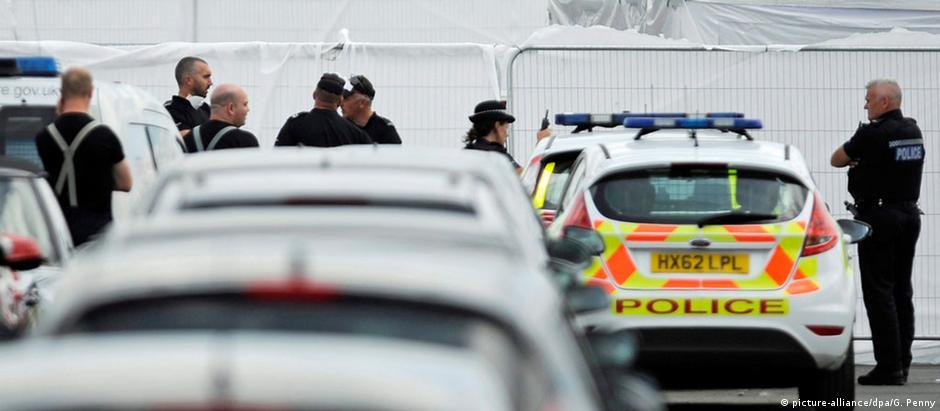 Investigadores e policiais no local do acidente, perto do aeroporto de Blackbushe