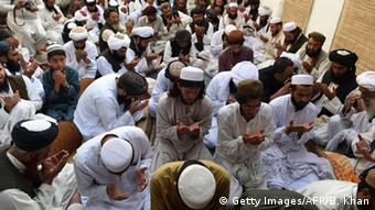 Mitglieder der Partei Jamiat Nazraiti beten für den Taliban Chef Mullah Omar (Foto: Getty Images/AFP)
