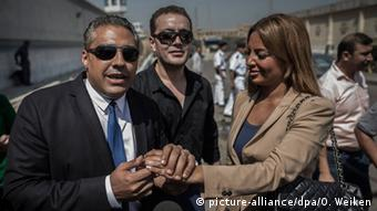 Canadian-Egyptian Al-Jazeera journalist Mohamed Fahmy (L), his Egyptian colleague Baher Mahmoud (C) and Fahmy's newley-wed wife, Marwa, speak to reporters outside the Tora prison in Cairo, Egypt, 30 July 2015 (Photo: EPA/OLIVER WEIKEN +++(c) dpa - Bildfunk+++)