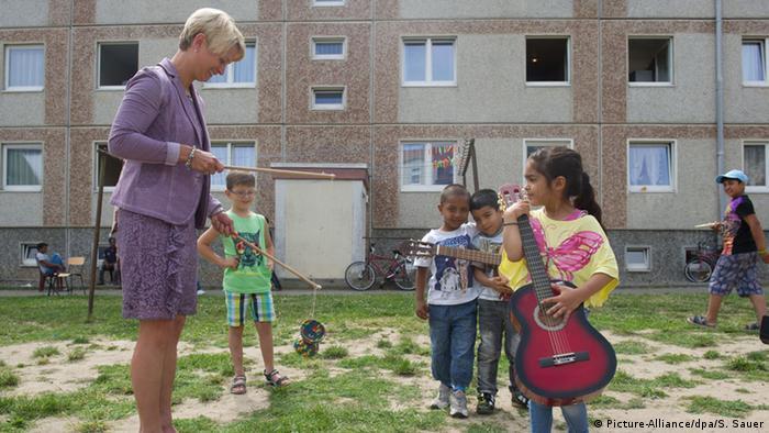 В городке Фридланд на территории бывшей ГДР власти предоставили беженцам жилье, пустующее после объединения Германии