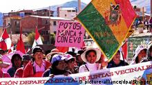 epa04864312 Demonstrators march to defend 'dignity' and to confirm their support of the general strike, in Potosi, Bolivia, 28 July 2015. The demonstrators asked the Bolivian Government for special attention to several projects related to regional development. EPA/STRINGER +++(c) dpa - Bildfunk+++