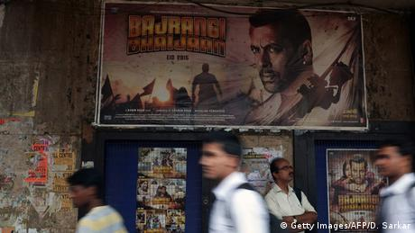 Indien Boolywood Spielfilm Bajrangi Bhaijan Poster (Getty Images/AFP/D. Sarkar)