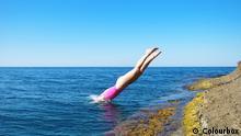 Mädchen springt ins Wasser, Stock-Foto; Copyright: Colourbox