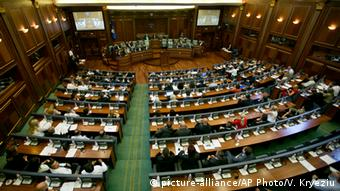 Kosovo Parlament macht Weg für Sondertribunal frei (picture-alliance/AP Photo/V. Kryeziu)
