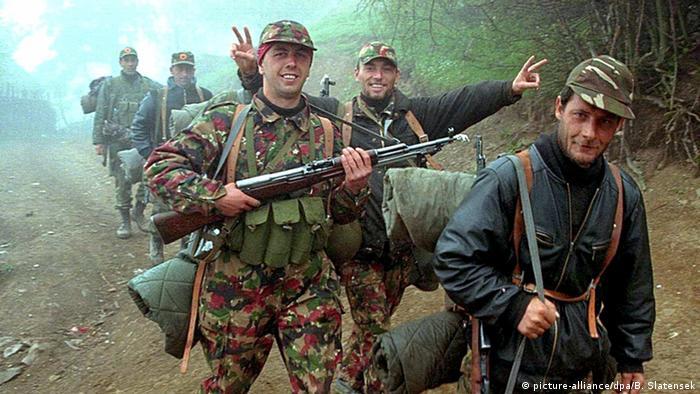 UCK-Kämpfer 1999 ARCHIV (picture-alliance/dpa/B. Slatensek)