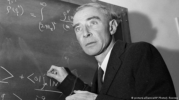 Así considerado, por su destacada participación en el Proyecto Manhattan, que desarrolló las primeras armas nucleares de la historia, durante la Segunda Guerra Mundial. La primera bomba nuclear fue detonada el 16 de julio de 1945 en la Prueba Trinity, en Nuevo México.