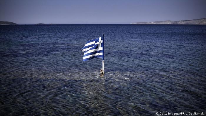 Symbolbild Griechenland Staatspleite Schuldenkrise Fahne Flagge (Getty Images/AFP/L. Gouliamaki)