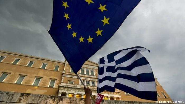 Symbolbild Griechenland EU Verhandlungen Schuldenkrise Fahne Flagge