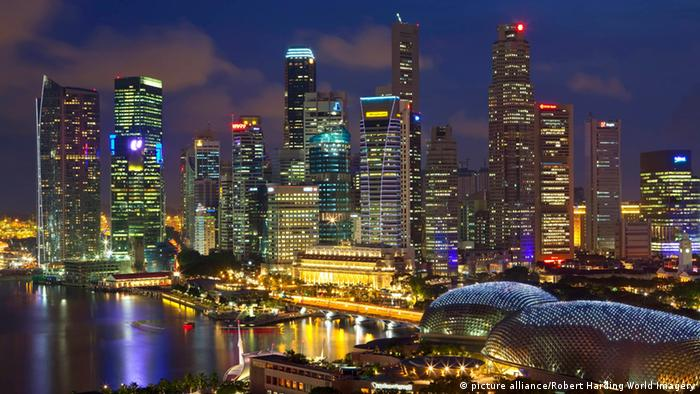 Singapur Skyline mit Hafen (picture alliance/Robert Harding World Imagery)