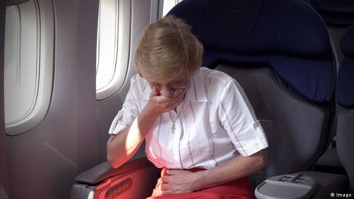 Flugreisende mit Magenproblemen (Foto: Imago)